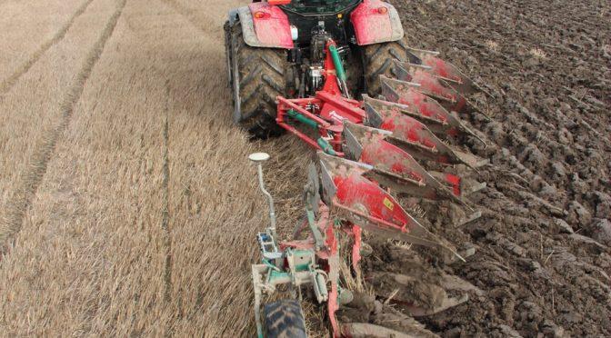 Как да обработваме земята с трактор и плуг?