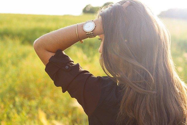 Дамските часовници в златисто – бижуто, от което се нуждае всяка съвременна жена
